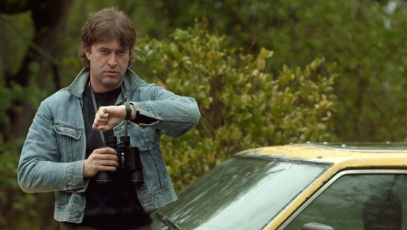 Ta kurtka. Ta fryzura. A to auto to DeLorean. Cały Kenneth nie do końca wrócił z przeszłości.  fot. impassioned.cinema.wordpress.com