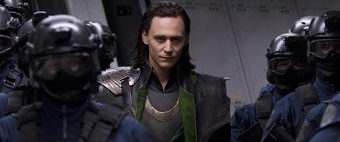 Współautorka była oburzona brakiem zdjęcia Toma Hiddlestona w tym wpisie, więc pospiesznie je weń wsadziła.