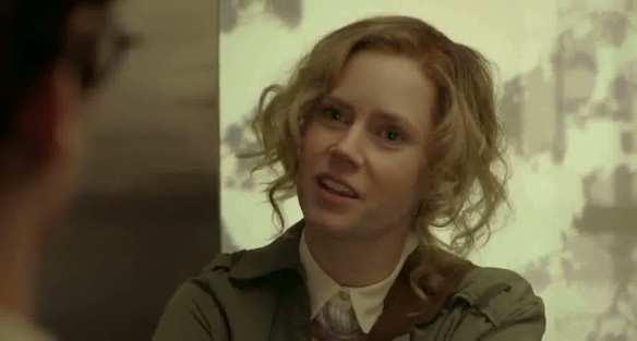źródło: cloudfront| Nie powinnam się wyśmiewać z loczków Amy Adams, bo jak ja próbujęsobie podkręcić włosy, to wyglądam gorzej. Ale jest kontrast z American Hustle, prawda?
