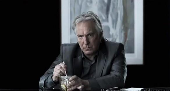 źródło: content.clearchannel  Alan Rickman mruczy mroczną pieśń miażdżąc cytrynę w filiżance.