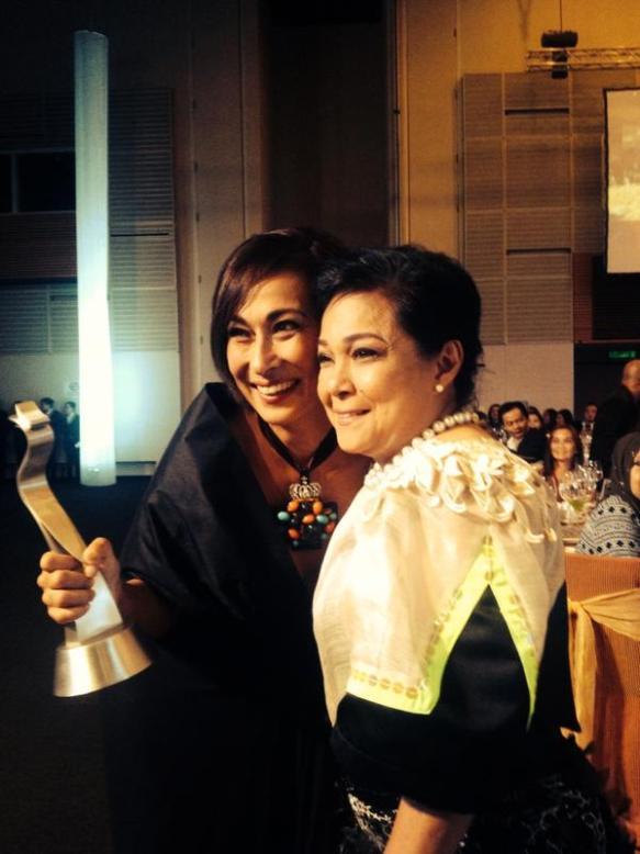 """Diwy filipińskiego kina. Od lewej cudowna Cherie Gil z nagrodą za najlepszą żeńską rolę pierwszoplanową za film """"Sonata"""" oraz legenda -- Nora Aunor, uhonorowana nagrodą zacałokształt twórczości. Za: twitter.com"""